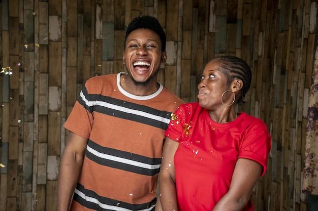 幸せな若い男と女のクローズアップショット