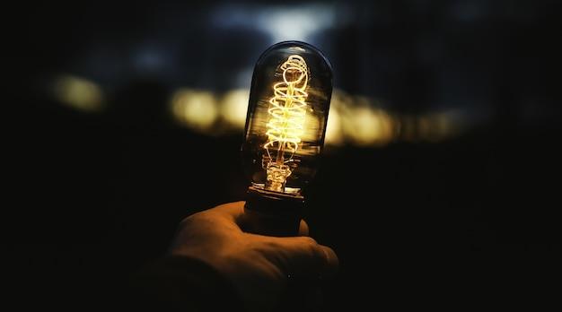램프를 들고 인간 손의 근접 촬영 샷