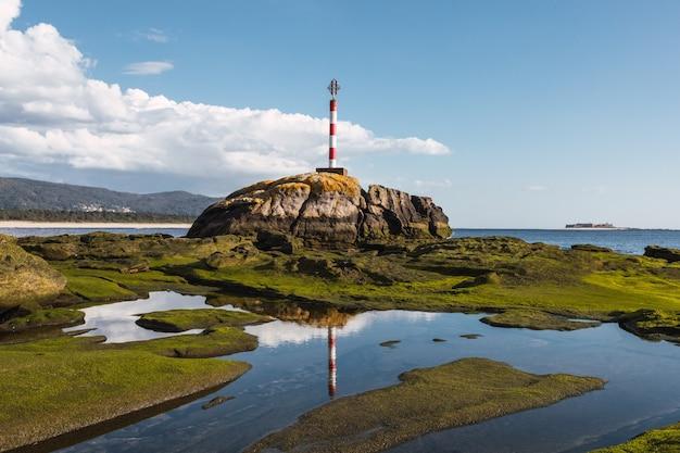 岩の多い海岸の灯台のクローズアップショット