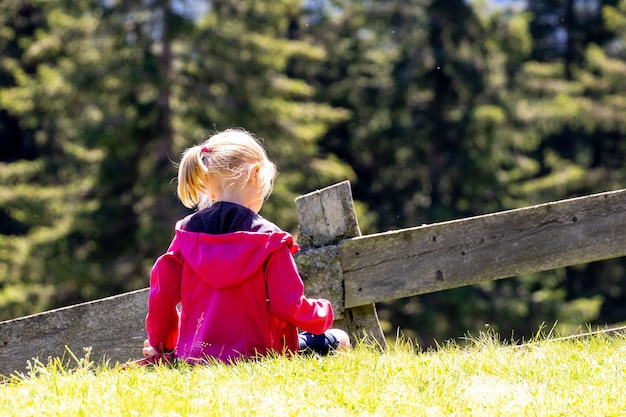 Снимок крупным планом маленькой девочки, идущей в парке