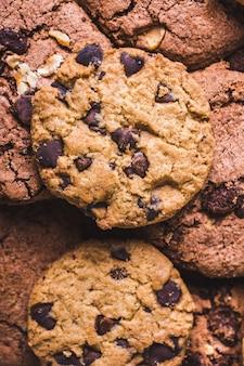 たくさんのおいしい焼きたてのクッキーのクローズアップショット