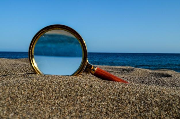 모래 해변에 부분 확대 돋보기의 근접 촬영 샷 프리미엄 사진