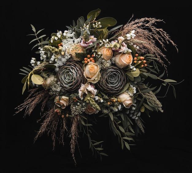 黒い壁にオレンジと茶色のバラの豪華な花束のクローズアップショット