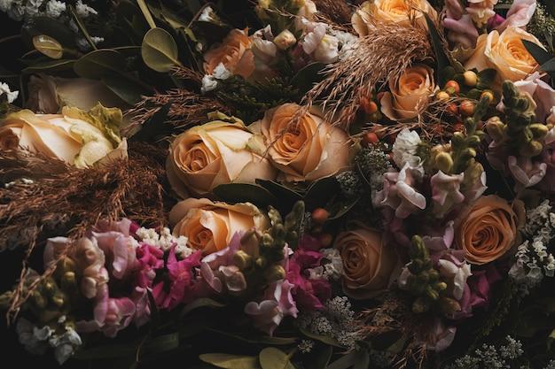 검정에 주황색과 갈색 장미의 고급스러운 꽃다발의 근접 촬영 샷