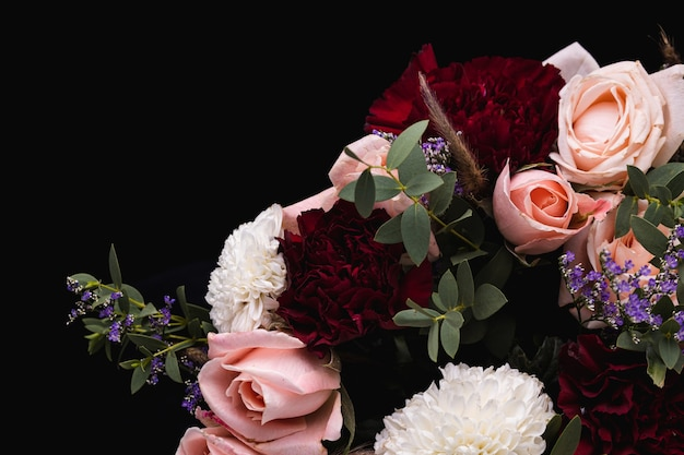 Снимок крупным планом роскошного букета розовых роз и белых, красных георгинов
