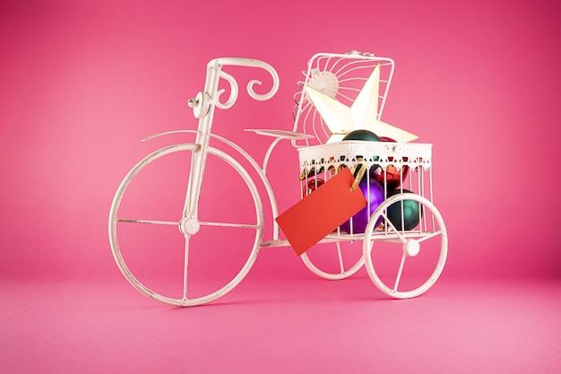 Крупным планом выстрелил металлический велосипед с елочными игрушками в нем