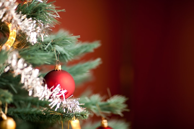 크리스마스 기간 동안 장식 전나무 나무의 일부의 근접 촬영 샷