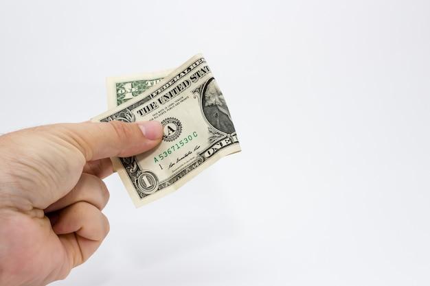 Снимок крупным планом человека, держащего долларовую купюру на белом фоне