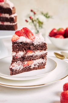 접시에 맛있는 딸기 케이크 한 조각의 근접 촬영 샷