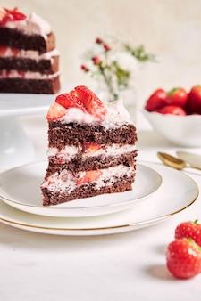 皿の上のおいしいストロベリーケーキの部分のクローズアップショット
