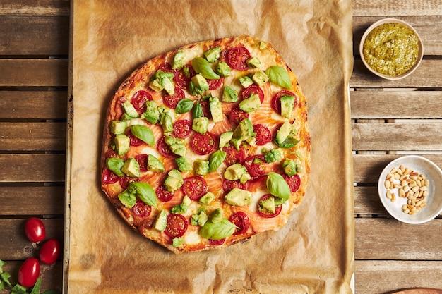 木製のテーブルに野菜とピザのクローズアップショット