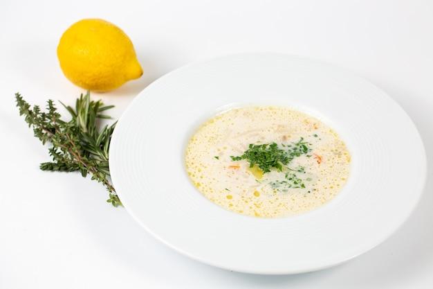채소와 흰 수프 접시의 근접 촬영 샷