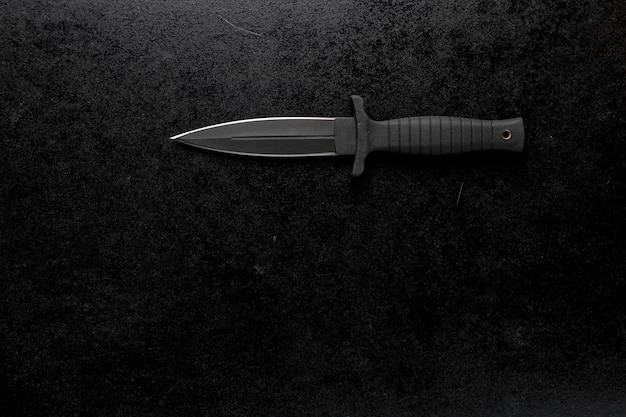 Крупным планом выстрел острый армейский нож