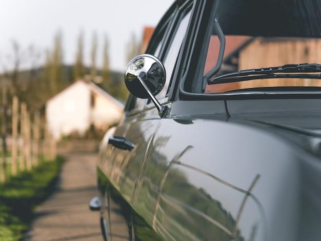 Снимок крупным планом бокового зеркала старинного автомобиля