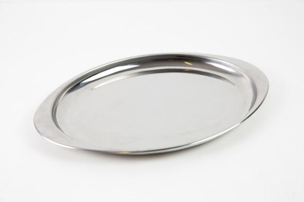 Изолированный серебряный металлический поднос крупным планом