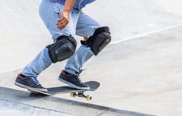 トリックをしているスケートボーダーのクローズアップショット