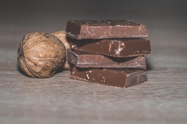 殻から取り出されたクルミとチョコレートのスタックのクローズアップショット