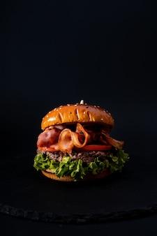 分離された美味しそうなハンバーガーのクローズアップショット
