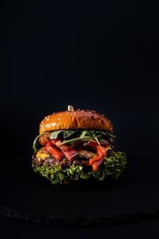 Крупным планом выстрелил вкусный гамбургер изолирован