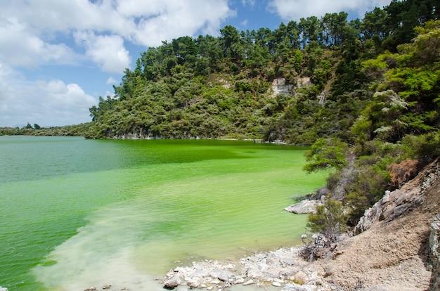 뉴질랜드 로토루아 와이오타푸에 있는 열 호수의 근접 촬영