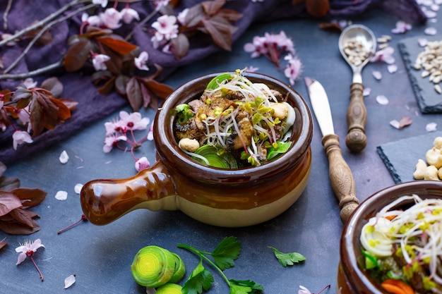버섯, 양파, 당근, 부추를 곁들인 완전 채식 식사의 근접 촬영