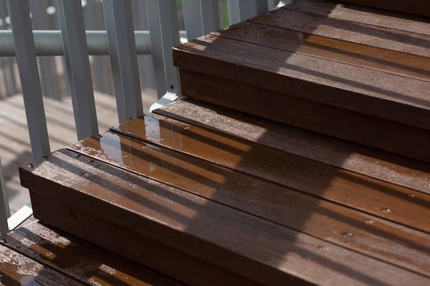 雨の後の濡れた木製の階段のクローズアップショット