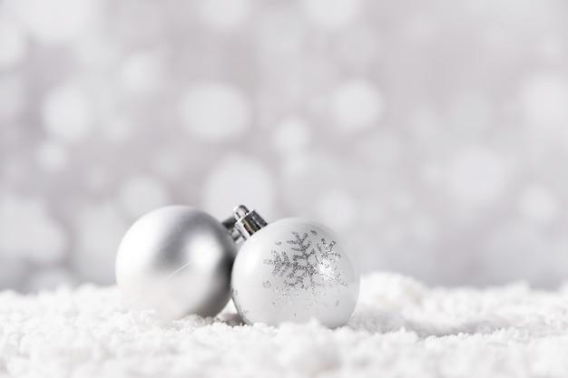 흰색 배경에 흰색 크리스마스 볼의 근접 촬영 샷