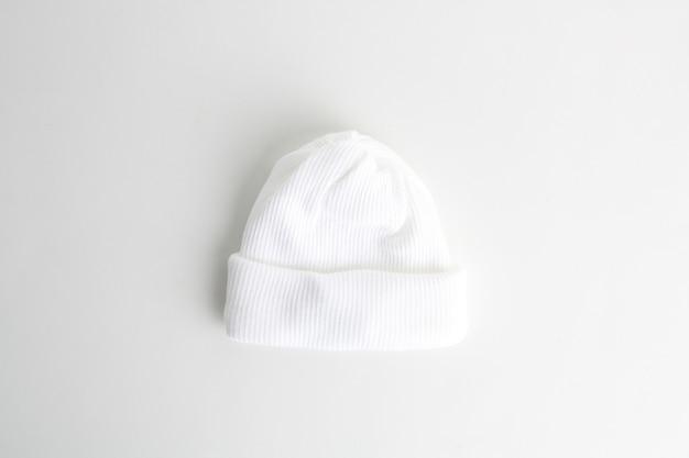 흰색 배경에 고립 된 흰색 양모 아기 모자의 근접 촬영 샷
