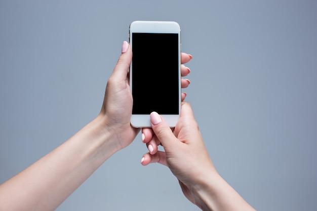 Макрофотография выстрел из женщины, набрав на мобильном телефоне