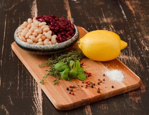 豆とハーブと木の板のクローズアップショット