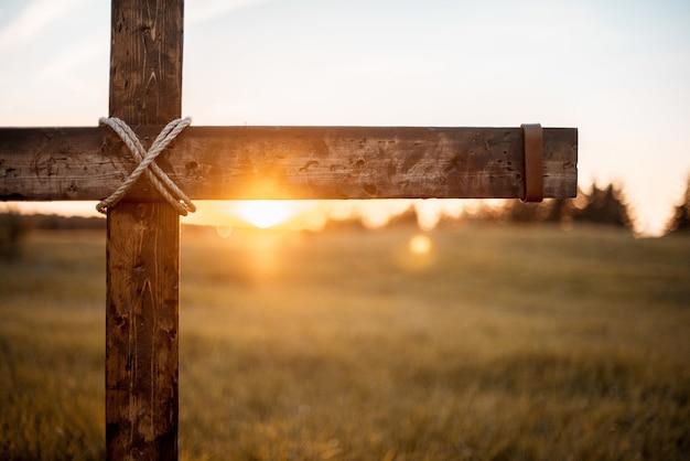 태양이 빛나는 나무 십자가의 근접 촬영 샷