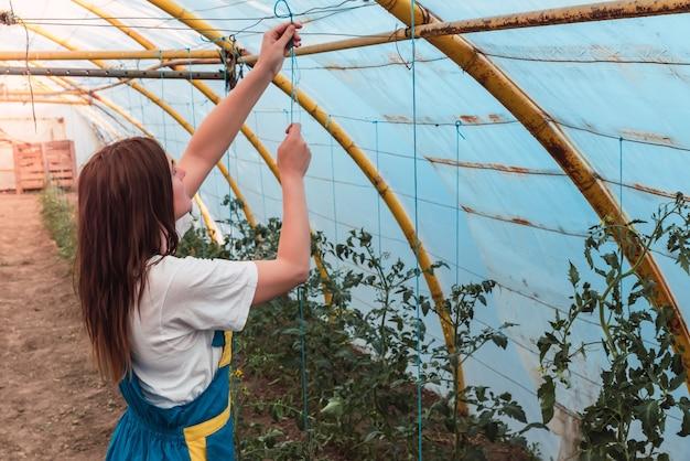 温室で若い女性のクローズアップショット