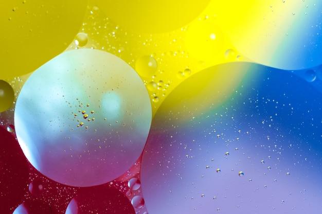 다채로운 거품과 추상적 인 배경의 근접 촬영 샷