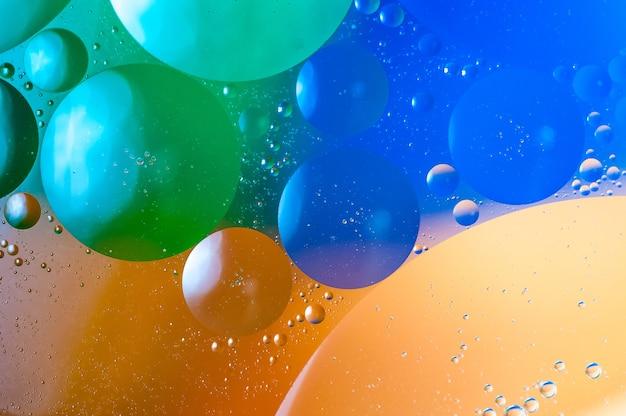 다채로운 거품과 추상의 근접 촬영 샷