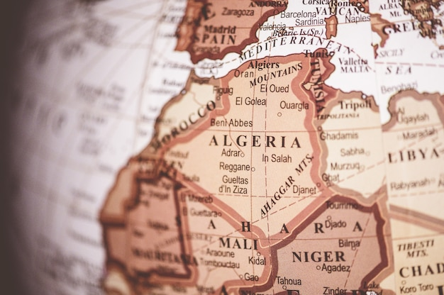 世界地図上のアルジェリアのクローズアップショット-地理的な記事に最適