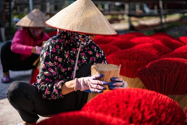 ベトナムのハノイ近郊のアロマスティック工場のクローズアップショット