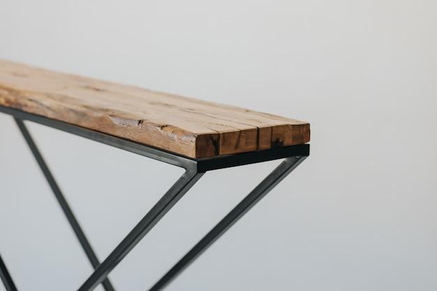 木製の表面で作られたアイロン台のクローズアップショット