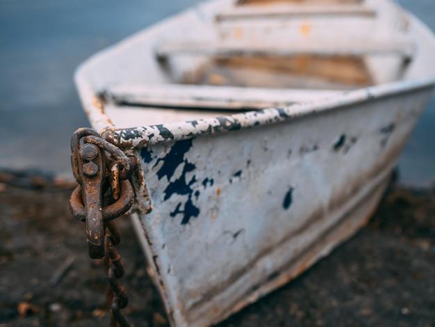 Снимок крупным планом старой ржавой лодки