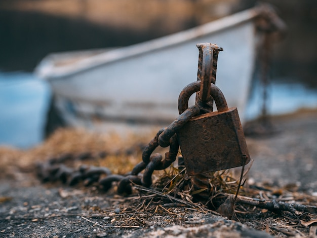 古い錆びた南京錠のクローズアップショット