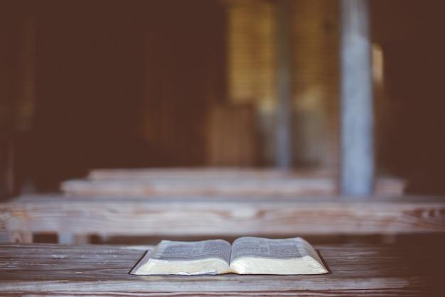 나무 테이블에 오픈 성경의 근접 촬영 샷
