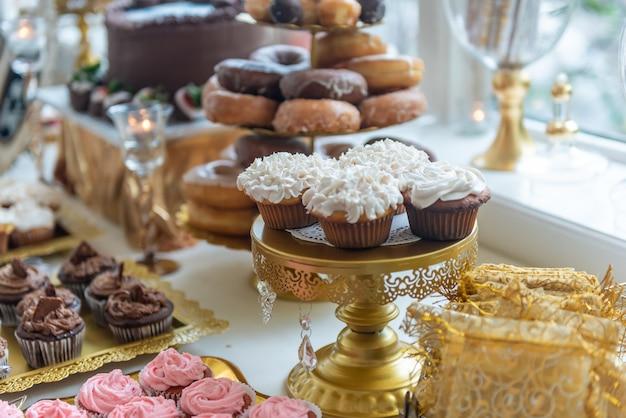 Крупным планом красивые вкусные сладкие закуски на банкетном столе