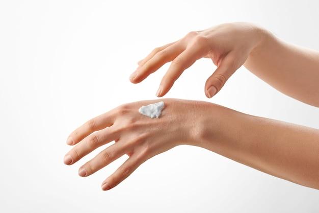 クリーム色の美しい女性の手のクローズアップショット