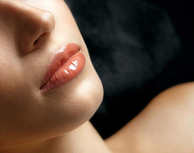 アートメイク後の美しい女性の唇のクローズアップショット。テキスト用のスペース