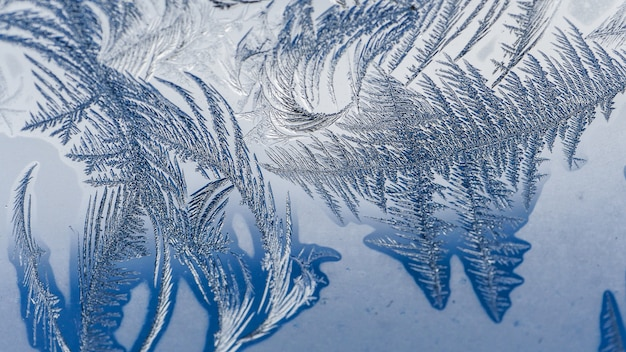 Крупным планом выстрел из красивых морозных узоров и текстур на стекле