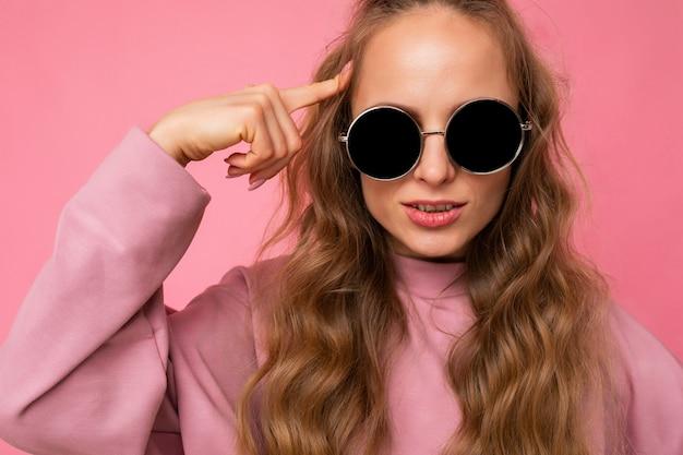 孤立した美しい深刻な若いダークブロンドの巻き毛の女性のクローズアップショット