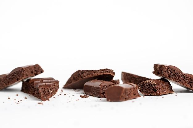 흰색 절연 거품 초콜릿 조각의 근접 촬영 샷