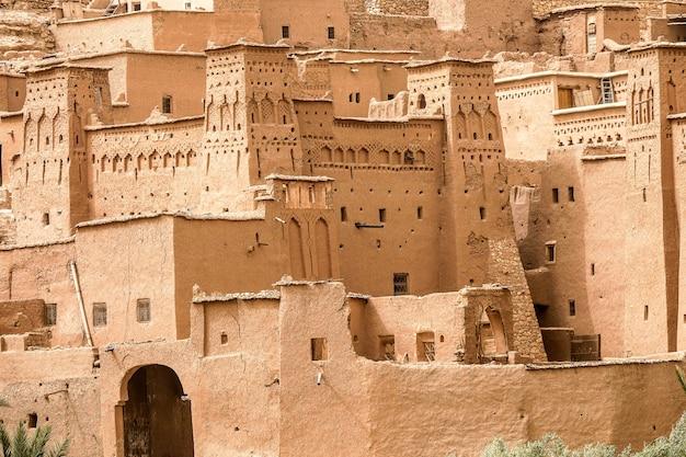 モロッコの太陽の下でコンクリートで作られた建物のクローズアップショット