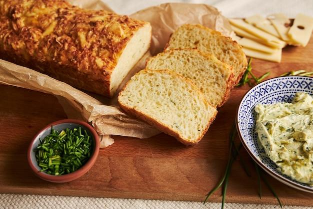 木製のテーブルの上のチーズパンのクローズアップショット