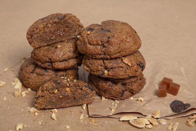 Крупным планом шоколадное печенье рядом друг с другом