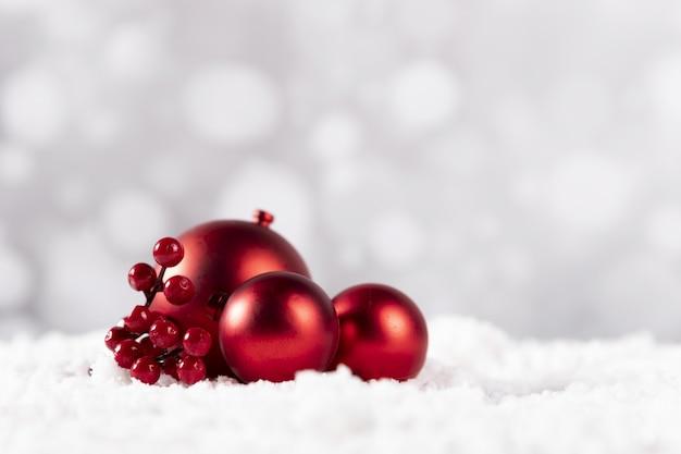 흰색 바탕에 빨간색 크리스마스 볼의 근접 촬영 샷